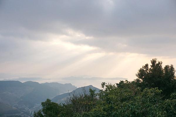 長崎伊王島に光が降り注ぐ